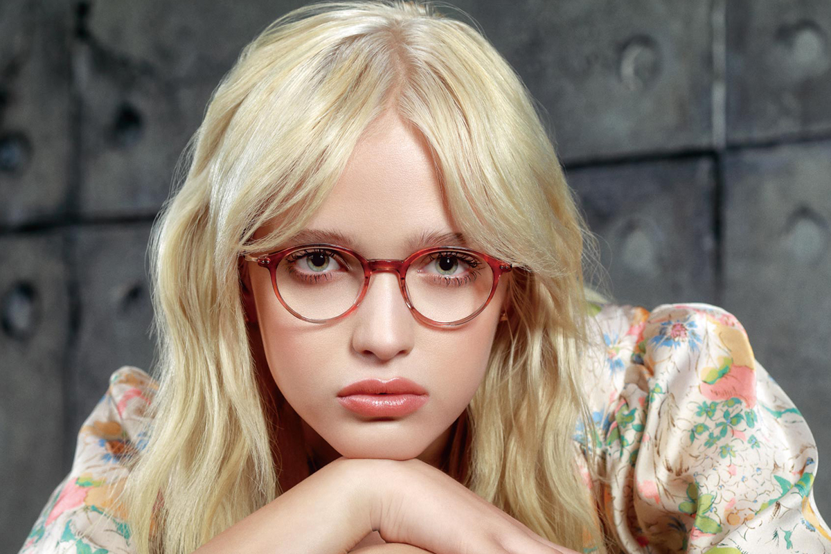 Vrouw met Masanuga bril